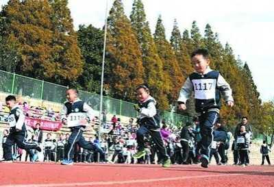 """体育留作业让""""小懒虫""""们动起来 快来快来做运动不要变成小懒虫"""
